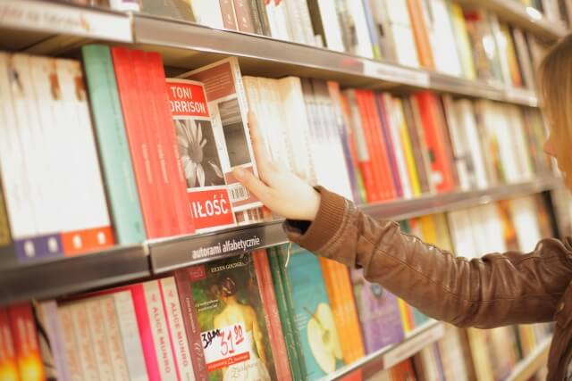 書店で本を手に取る様子の写真